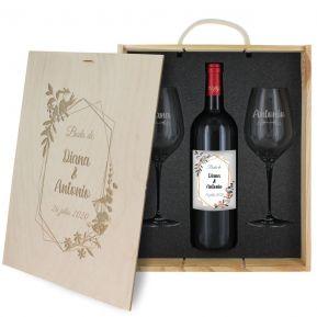 Regalo de boda: botella de vino y dos copas personalizadas