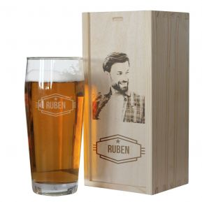Vaso de cerveza con nombre y su cofre con foto