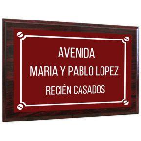 Placa de calle personalizada sobre soporte en madera