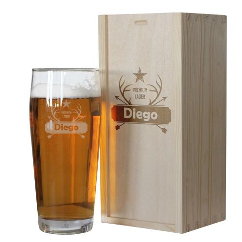 Pinta de cerveza con un nombre grabado