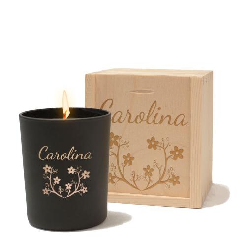 Vela personalizada con flores encendida