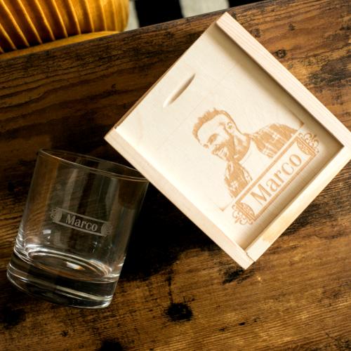 Vaso de whisky personalizado con nombre y su cofre con foto